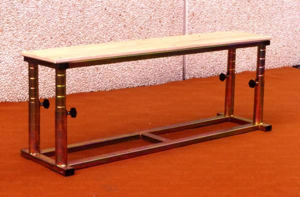 Jump bench, adjustable in height for jumping.